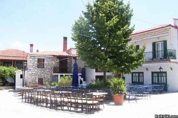 Kriopigi village square.