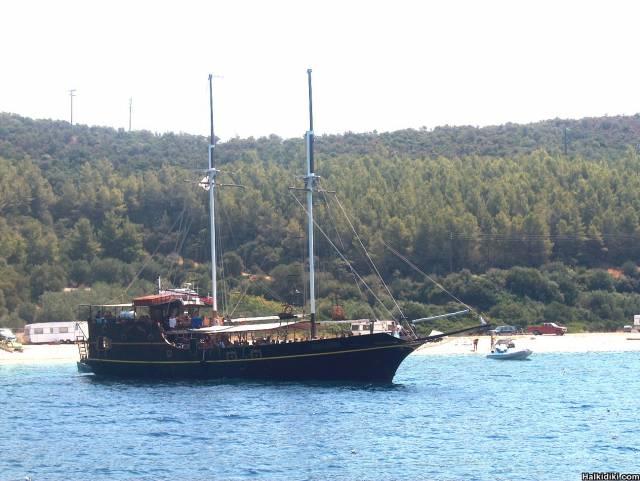 CRAZY CAPTAIN' S  MICHAEL BOAT IN TORONI BAY