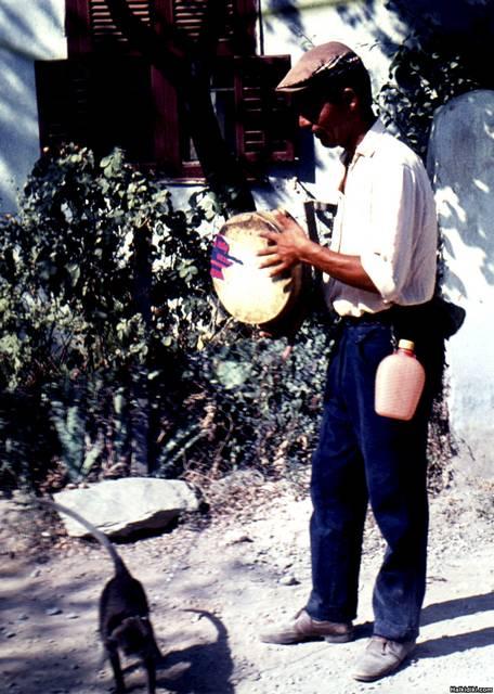 Street_entertainment_outside_our_house_in_Kato_Toumba_Thessaloniki_1964